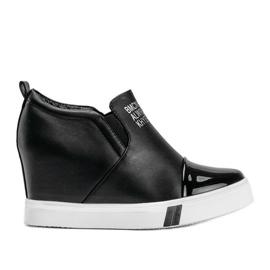 Czarne sneakersy damskie z napisami Caroline