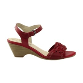 Czerwone sandały na koturnie Caprice 28303
