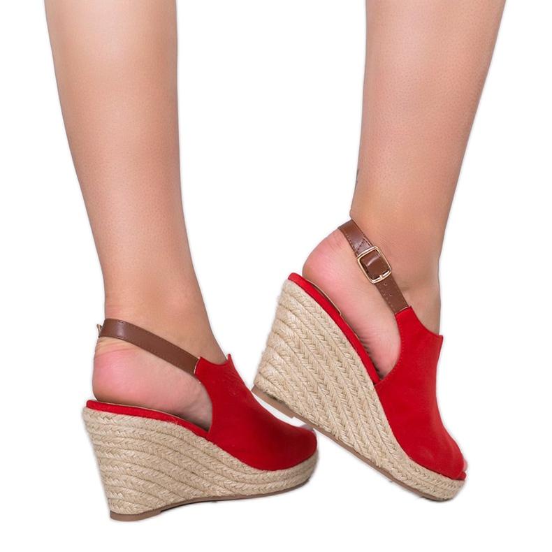 Czerwone sandały na koturnie Lindy