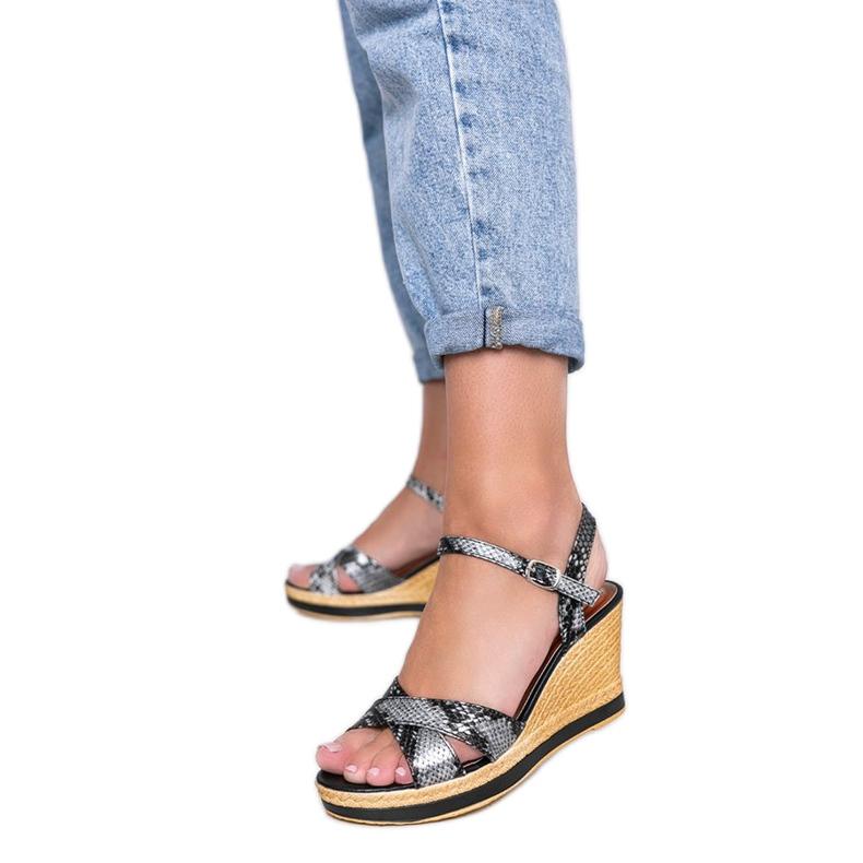 Czarne metaliczne sandały na koturnie w motywie skóry węża Peekaboo