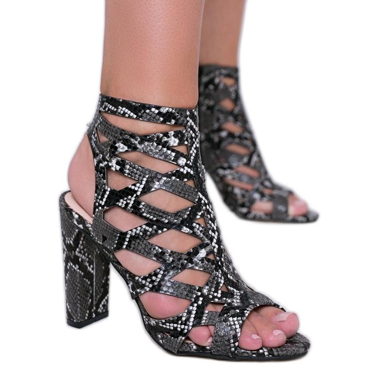 Czarne sandały na słupku w motywie skóry węża Azalea