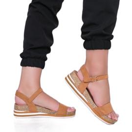 Camelowe sandały na niskiej koturnie Leah brązowe