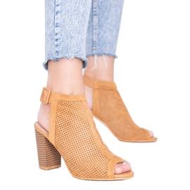 Camelowe ażurowe sandały na słupku Veronika brązowe