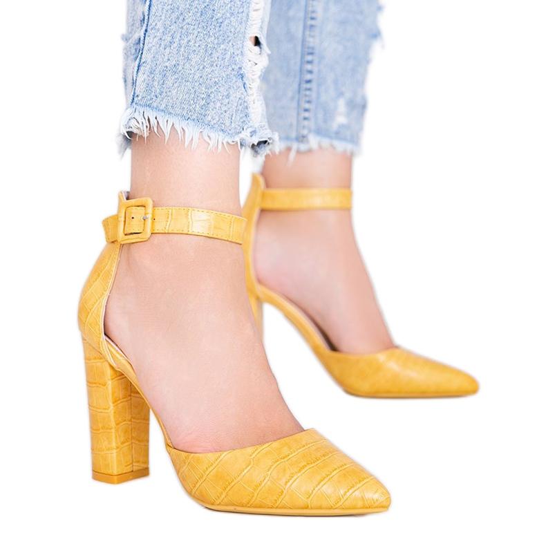 Musztardowe czółenka na słupku w motywie skóry krokodyla Glamour żółte
