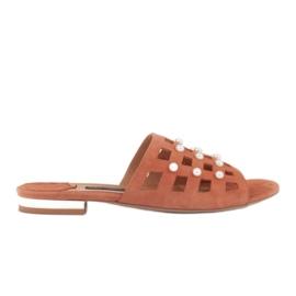 Marco Shoes Eleganckie klapki damskie z perłami i perforacją pomarańczowe