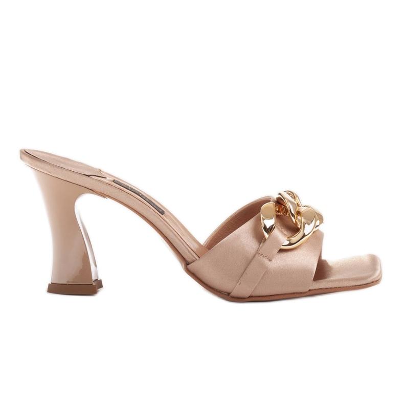 Marco Shoes Klapki damskie z beżowej satyny z łańcuchem ozdobnym beżowy