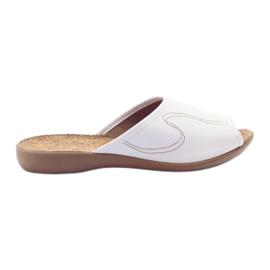 Befado obuwie damskie kapcie klapki 254d058 białe
