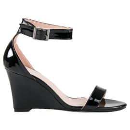 Lakierowane sandałki na koturnie czarne