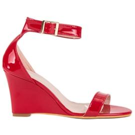 Lakierowane sandałki na koturnie czerwone