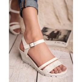 Ideal Shoes Białe Sandały Na Koturnie