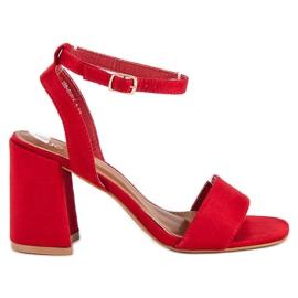 Czerwone zamszowe sandały