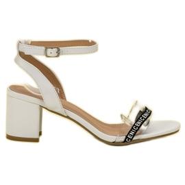 Ideal Shoes Stylowe Zamszowe Sandałki białe