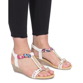 Białe sandały na delikatnej koturnie Ruixin