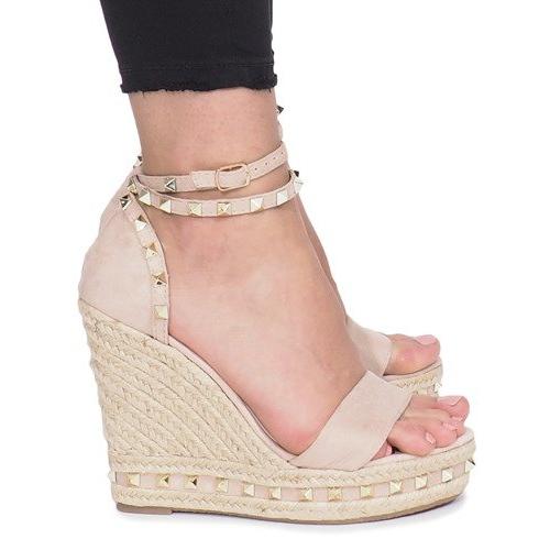 Beżowe sandały na koturnie z ćwiekami Lov'it brązowe