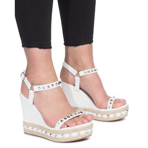 Białe sandały na koturnie z ćwiekami Cubano