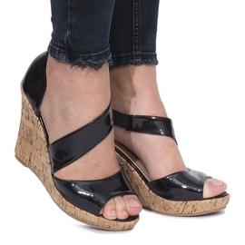 Czarne lakierowane sandały na korkowej koturnie Lie