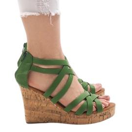 Zielone sandały na koturnie P2424A-47