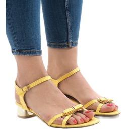 Żółte sandały na obcasie 88-3