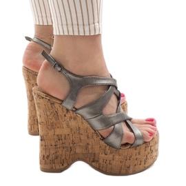 Szare sandały na koturnie 10193