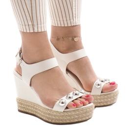 Białe lakierowane sandały na koturnie 17060-74