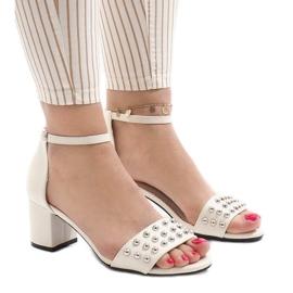 Białe sandały na obcasie 173-856
