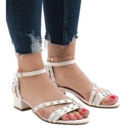 Białe sandały na obcasie 77-11