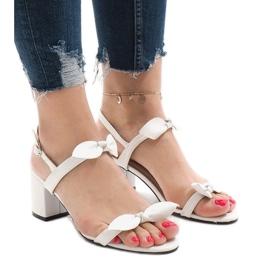 Białe sandały na obcasie 173-852