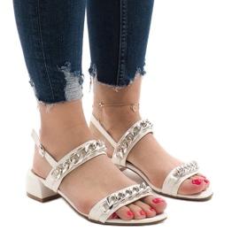 Białe sandały na obcasie 77-15
