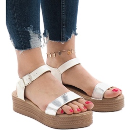 Białe sandały na platformie 22-07
