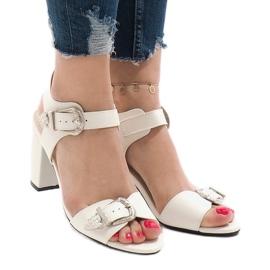 Białe sandały na obcasie 173-855