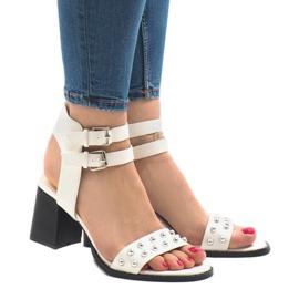 Białe sandały na obcasie 77-12