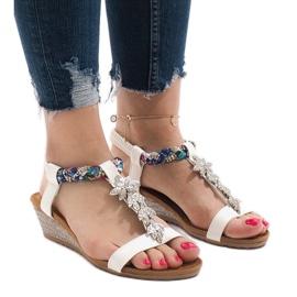 Białe sandały koturny z gumką B133-2