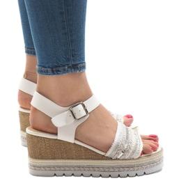Białe zdobione sandały na koturnie YRT-72-1
