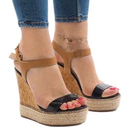 Czarne lakierowane sandały na koturnie VB76063