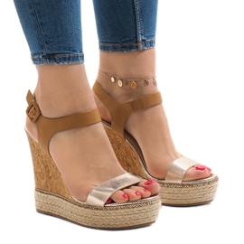 Złote lakierowane sandały na koturnie VB76063