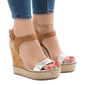 Srebrne lakierowane sandały na koturnie VB76063