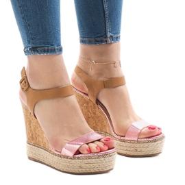 Różowe lakierowane sandały na koturnie VB76063
