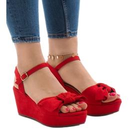 Czerwone sandały na koturnie z kokardką F055