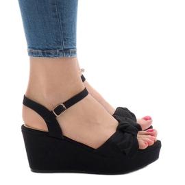 Czarne sandały na koturnie z kokardką F055