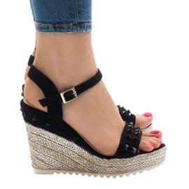 Czarne zamszowe sandały na koturnie z ćwiekami TS-16