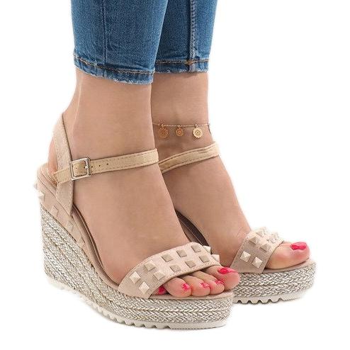Beżowe zamszowe sandały na koturnie z ćwiekami TS-16 brązowe