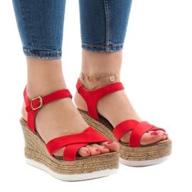Czerwone sandały na koturnie XL104
