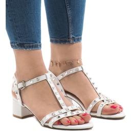 Białe sandały na obcasie z ćwiekami 679-GL