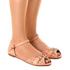 Różowe sandałki z klamrą GF-180