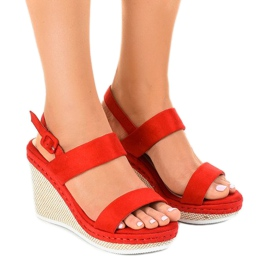Czerwone sandały na koturnie U-6291