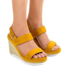 Żółte sandały na koturnie U-6291