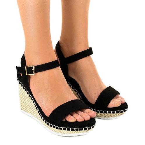 Czarne sandały na koturnie U-6291