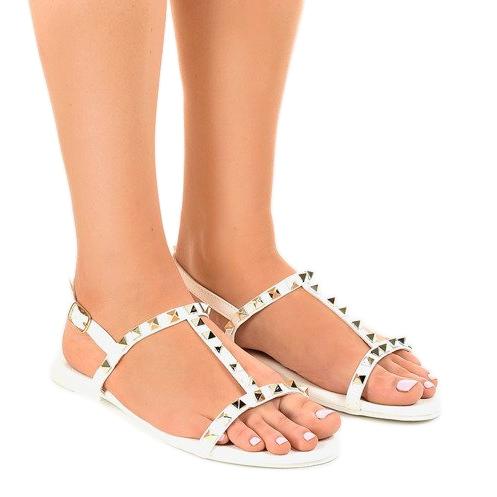 białe płaskie sandały outfit
