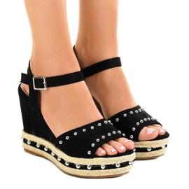 Czarne sandały na koturnie perełki 77-32