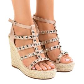 Beżowe sandały na koturnie słomiane 9529 brązowe